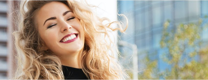 smiling-blonde-woman-with-nice-eyebrows
